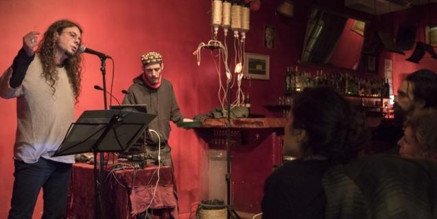 Actuación conjunta del poeta Víctor Bonetarbolí y el intérprete de aquófono Patxi Valera