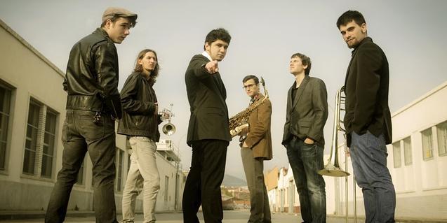 Retrato de grupo de los miembros de la banda, con las trompetas en la mano