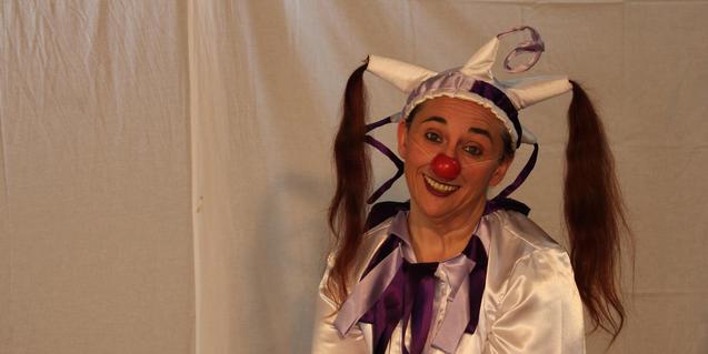 La artista con una nariz roja y el cabello recogido en dos coletas