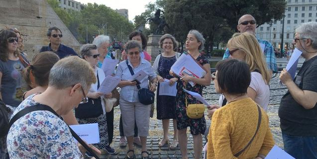 Imagen de una visita guiada en la plaza de Catalunya, de donde sale la ruta del 15 de julio