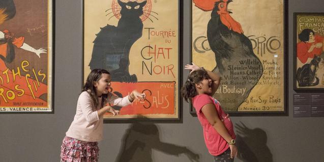 Nenes imitando a un gato y un gallo en una de las salas del museo