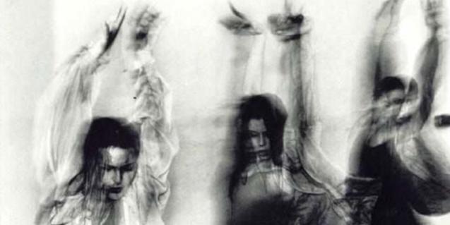 Tres bailarinas de Increpación Danza con los brazos levantados en un momento de la función