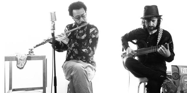 Els dos músics tocant la flauta i la guitarra durant una actuació