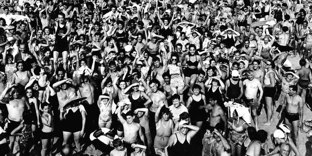 Aglomeració a la platja de Coney Island, una fotografia de Weegee present a la mostra