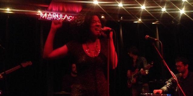 La cantant Desiree Diouf en plena actuació en una de les sessions We Funk