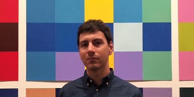 El líder del proyecto Wild Honey retratado sobre un fondo de cuadrados de colores