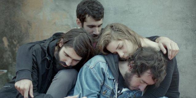 Retrato de grupo de los miembros de la banda dormidos