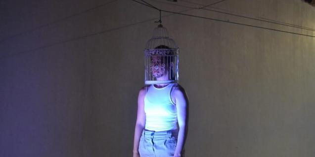 Una ballarina amb una gàbia al cap en una de les coreografies que formen el programa