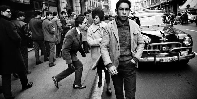 'El piropo a la via Laietana' (Barcelona, 1962), una de les fotografies de Xavier Miserachs presents a l'exposició