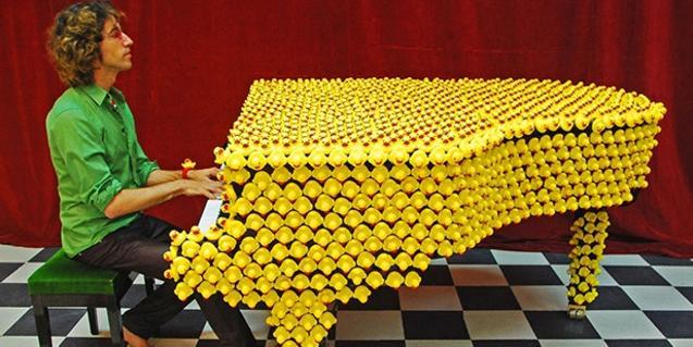 El pianista Xavi Lloses tocant un piano de color groc intens