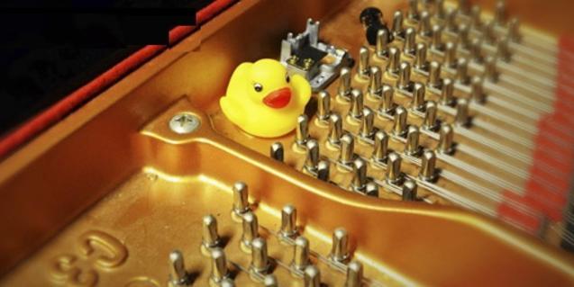 Un patito de goma dentro del mecanismo de un piano sirve de imagen al espectáculo
