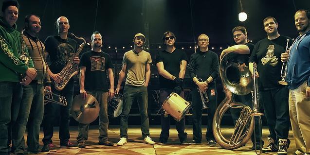 Retrato de los diez miembros de la banda con sus instrumentos de metal