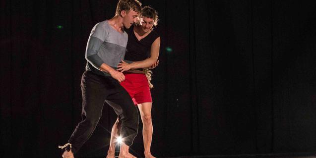 Els integrants del duet Zircus Morsa fan equilibris a La Central del Circ