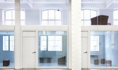 fachada diáfana con ventanas