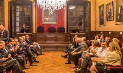 Persones assegudes a la sala de la Real Acadèmia de Medicina