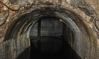 Detalle de la galería de acceso al túnel circular, repleta de agua. En el fondo se observa parte del túnel circular. Foto: SABCN