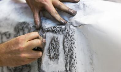 Oriol Vilapuig utiliza la técnica del frottage para marcar los relieves de las Valls d'Àneu