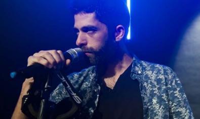 Primer plano de uno de los protagonistas con un micrófono en la mano