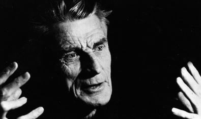 Retrat en blanc i negre del dramaturg gesticulant amb les mans