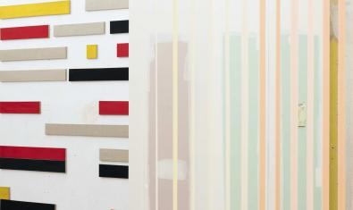 Vista parcial d'algunes de les obres exposades a Dilalica on es pot veure unes formes geomètriques de colors diversos