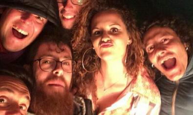 Un retrat de la banda que actua a l'Ateneu Popular 9 Barris durant el Carnestoltes amb els músics fent ganyotes