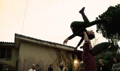 La imatge d'una artista fent una tombarella en l'aire mentre un company la subjecta serveix per anunciar l'espectacle