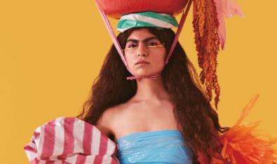 Una joven con los cabellos largos y un sombrero extravagante en una de las imágenes del festival de este año