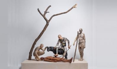 Una de les escenes de l'artista mostra tres humans al voltant d'un cos estirat a terra amb un gos o llop al costat