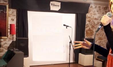 Un fotomuntatge mostra l'artista a l'escenari del Club Cronopios