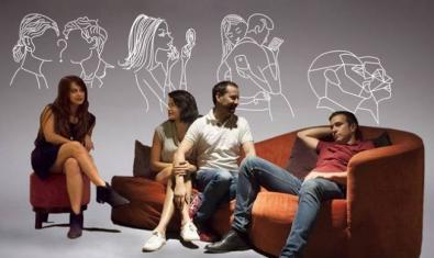 Los cuatro actores protagonistas sentado en un sofá y unas butacas