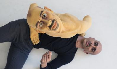 Thomas Noone con su marioneta