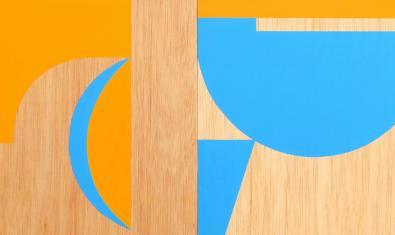 Una de les obres de l'artista mostra una abstracció geomètrica en color blau i taronja
