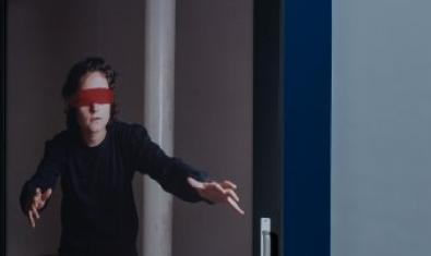 Una mujer con los ojos vendados cruza una puerta abierta en una imagen que sirve para anunciar el ciclo