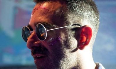 Retrat de primer pla del DJ Sergi Deckard amb ulleres de sol
