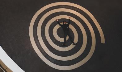 Una persona en el centro de una espiral