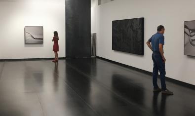 Una imatge de la Galeria Senda amb les fotografies d'Aitor Ortiz ja penjades