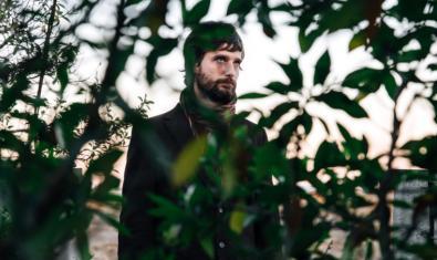 Retrato del músico valenciano rodeado de plantas