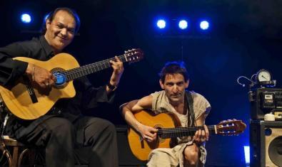 El guitarrista Diego Cortés y el cantautor Albert Pla, ambos retratados con una guitarra entre las manos