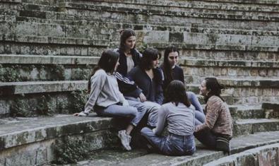 Les integrants de la banda retratades al Teatre Grec de Montjuïc
