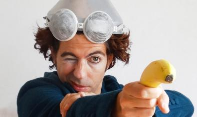 Un retrat del clown argentí Ale Risorio, apuntant els espectadors amb un plàtan