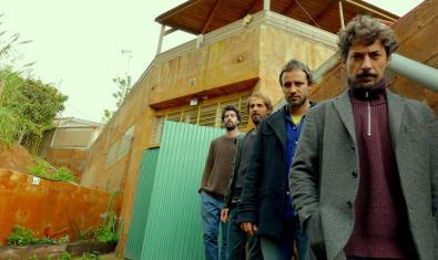 ELs quatre membres de la formació retratats en un espai ajardinat