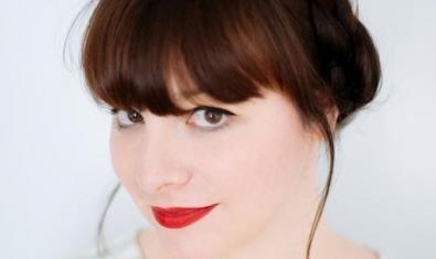 Retrato de la artista con los labios pintados de rojo y el cabello recogido