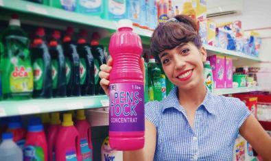 Una de les actrius protagonistes retratada en un supermercat amb una ampolla de detergent a la mà