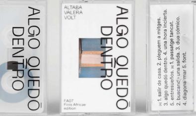 Una imagen de una cinta de casete con el nuevo trabajo de la formación