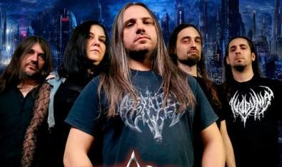 Los cinco integrantes de la formación retratados en primer plano contra un fondo de estilo gótico