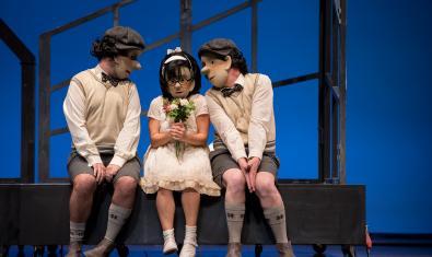 Tres de los protagonistas en el escenario durante la obra