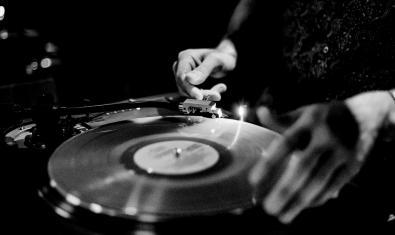 Imatge en blanc i negre d'un disc de vinil
