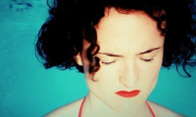 Una imatge de l'actriu protagonista retratada dins d'una piscina i amb els ulls tancats