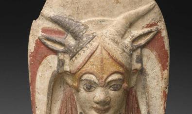 Una antiga peça de ceràmica cedida pel Louvre per a l'exposició