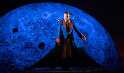 La lluna és una presència constant a l'espectacle.